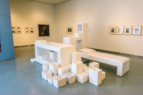 Museumzaal 'Kunst en Arbeid, het museum als werkplaats' Neerslag kas van beeldend kunstenaar Marieke de Jong